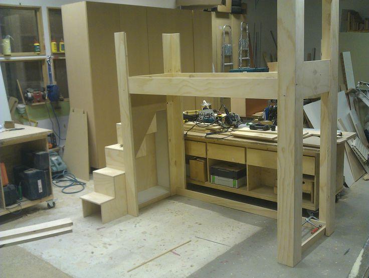 Opbouwen van hoogslaper in werkplaats op NDSM-werf
