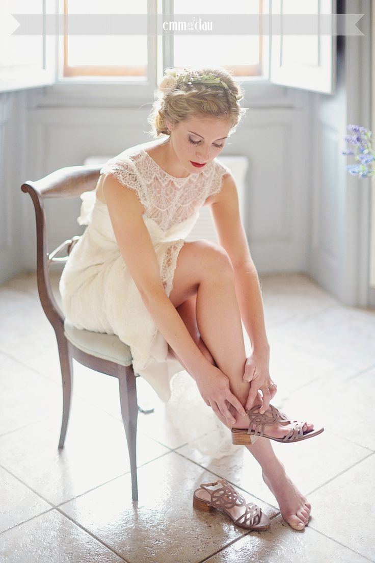 Destination wedding in Italy, Tuscany, Florence Wedding Dress by Anna Campbell Lovely bride in Tuscany Wedding at the Castle (Castello di Vincigliata Firenze)  Romantic wedding in Tuscany Big flower wedding bouquet Lace wedding dress Bride getting ready