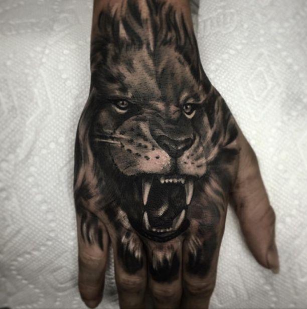 Tattoo brüllender Löwe auf Hand