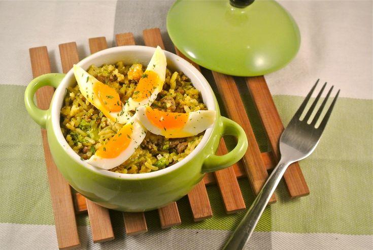 Heb je wat rijst over van gisteren? Maak dan dit lekker en simpel gerecht met kerrierijst, gehakt, bosui en een gekookt eitje. Er kan bijna niets misgaan met dit recept! Tijd: 20-25 min. Recept voor 2 personen Benodigdheden: 150 gram rijst 1 witte ui of 2 bosuien 1 teentje knoflook 1 flinke eetlepel kerriepoeder snufje …