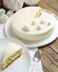 Entremets exotique vanille, ananas, citron vert - Base croustillante aux amandes, crème d'amandes aux zestes de citron vert, mousse légère à la vanille, cœur ananas et citron vert. Et glaçage miroir ivoire