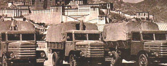 1956. Csepel teherautók a Tibeti Lhasza-ban. 2244 kilométeres hegyi túrán vettek részt.