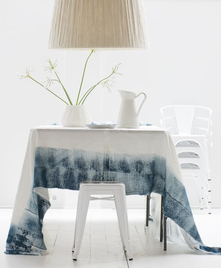 Geverfd tafelkleed in witte kamer | Dyed tablecloth in white room | Photographer Jeroen van der Spek | Styling Frans Uyterlinde | vtwonen January 2010