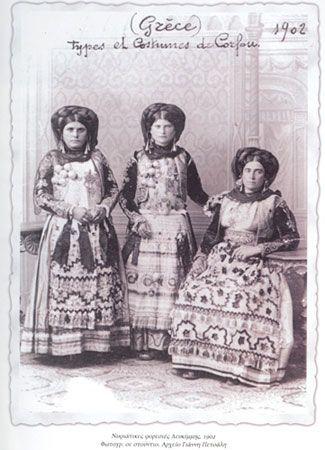 Γυναίκες με νυφιάτικη ενδυμασία Λευκίμμης. Φωτογραφία εργαστηρίου, 1902. Αρχείο Γ. Πετσάλη. Εργαστήριο Τεκμηρίωσης Πολιτιστικής και Ιστορικής Κληρονομιάς Ιονίου Πανεπιστημίου.