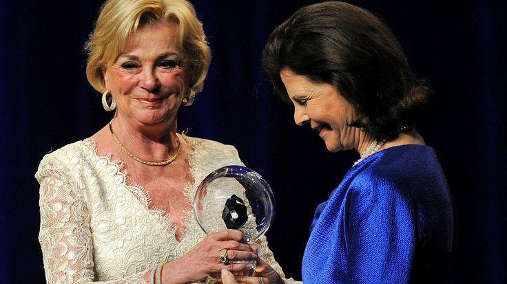 Liz Mohn überreicht Königin Silvia den Steiger Award. © dpa Bildfunk Fotograf: Henning Kaiser