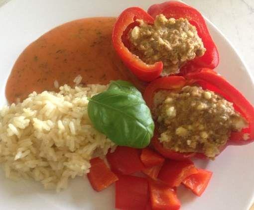 All in one: Gefüllte Paprika mit Hackfleisch und Schafskäse, Reis und cremiger Tomatensauce by bella93 on www.rezeptwelt.de