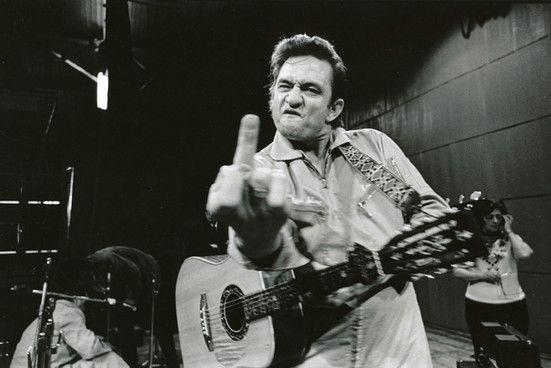 """Johnny Cash, Prison d'état de San Quentin, 1969, par Jim Marshall. """"Cette photo montre la vraie personnalité de John, mais le geste a été fait pour plaisanter. Il n'était pas sérieux."""""""