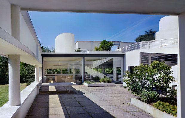 Le Corbusier, Villa Savoye, Poissy. Grazie all'ampia vetrata scorrevole, il patio giardino si fonde in unico spazio con il soggiorno pranzo. The Museum of Modern Art, New York. Gift of Elise Jaffe + J