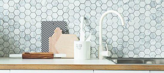 Speelse tegels met marmeren effect in de keuken! | Wooninspiratie