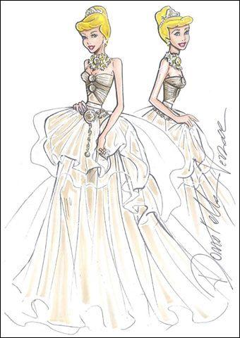 Cenerentola di Versace indossa un abito dorato con diadema e scarpette di cristallo ricamate con l'iconico simbolo della medusa.1/10