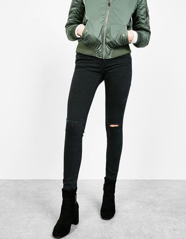 Los nuevos jeans de mujer de AW 2016 en Bershka. Atrévete con los boyfriend jeans, pantalones vaqueros rotos o skinny jeans y disfruta cada instante del día!