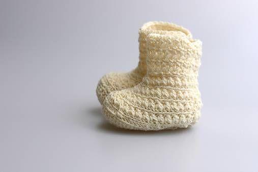 Čižmičky pre bábätko sú ručne háčkované z prírodného materiálu - z kvalitnej nórskej extra jemnej bledožltej 100% merino vlny vhodnej pre citlivú detskú pokožku. Sú vhodné predovše...