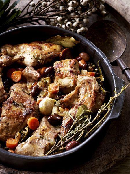 Een overheerlijke konijn met groenten en olijven, die maak je met dit recept. Smakelijk!