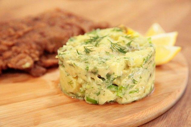 Patates Salatası Malzemeleri 3 adet haşlanmış bütün patates 3 - 4 dal taze soğan – ince kıyılmış 1 adet avokado – küp doğranmış ½ bağ dereotu- ince kıyılmış 8-10 adet kornişon turşu – küçük doğranmış  Sosu için Malzemeler 1 çorba kaşığı hardal 1 çorba kaşığı mayonez 1 limon suyu Zeytinyağı Tuz Karabiber  Patatesler haşlandıktan sonra, ılıkken küp küp doğrayın ve salata sosunun tüm malzemelerini karıştırıp üzerine dökün. Ardından dereotu, taze soğan, turşuyu ekleyip iyice karıştırın son…