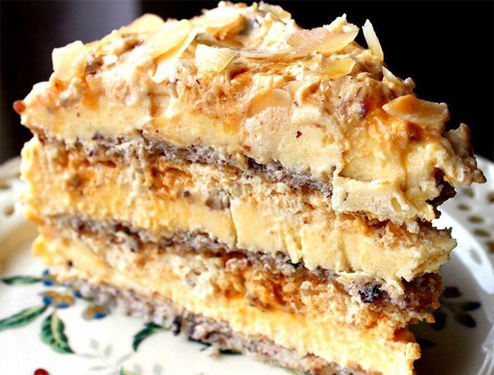 Mulți spun că e cel mai bun tort din lume! Eu sunt de acord! INGREDIENTE: Pentru 3 blaturi subțiri 6 albușuri 6 linguri de zahăr 2 și 1/2 linguri de făină 150 g alune de pădure/nuci măcinate Pentru crema de gălbenușuri 10 gălbenușuri 10 linguri de zahăr 3 linguri rase de făină/amidon de