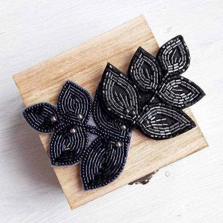Вот такие брошки-малышки, из лучшего японского бисера toho и бусинками гематит. Идеально подойдут для подарка или завершать Ваш Новогодний образ. ____________________ #вналичииjn Черная продана Цена каждой 1300₽