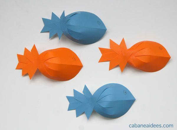 Même si on n'est pas encore le 1er avril, on a eu envie de fabriquer des poissons. Et pour changer de l'origami, on a fait des poissons en papier, mais en 3D et avec des ciseaux et de la colle. Cela a beaucoup plu à ma fille et on peut utiliser ces poissons pour faire une partie de pêche (en collant des aimants par exemple au niveau de la bouche des poissons) Matériel nécessaire pour faire des poissons de papier Cet article contient des liens d'affiliation. Merci pour votre soutien! Il v...
