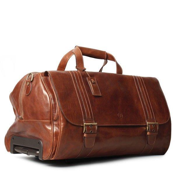 Designelemente, wie die dekorativen farblich akzentuierten Streifen, geben der sonst sehr klassischen Lederreisetasche eine besondere Note. So finden Sie Ihre Reisetasche am Gepäckband immer als Erster. Die dunkelbraune Trolley Reisetasche aus Leder verfügt über einen ausziehbaren Griff und praktische Rollen, weswegen sie sich gut für den Transport von schwerem Gepäck eignet. Sie kann als Trolley verwendet werden, wenn Sie viel dabei haben, oder aber auch einfach in der Hand getragen werden…