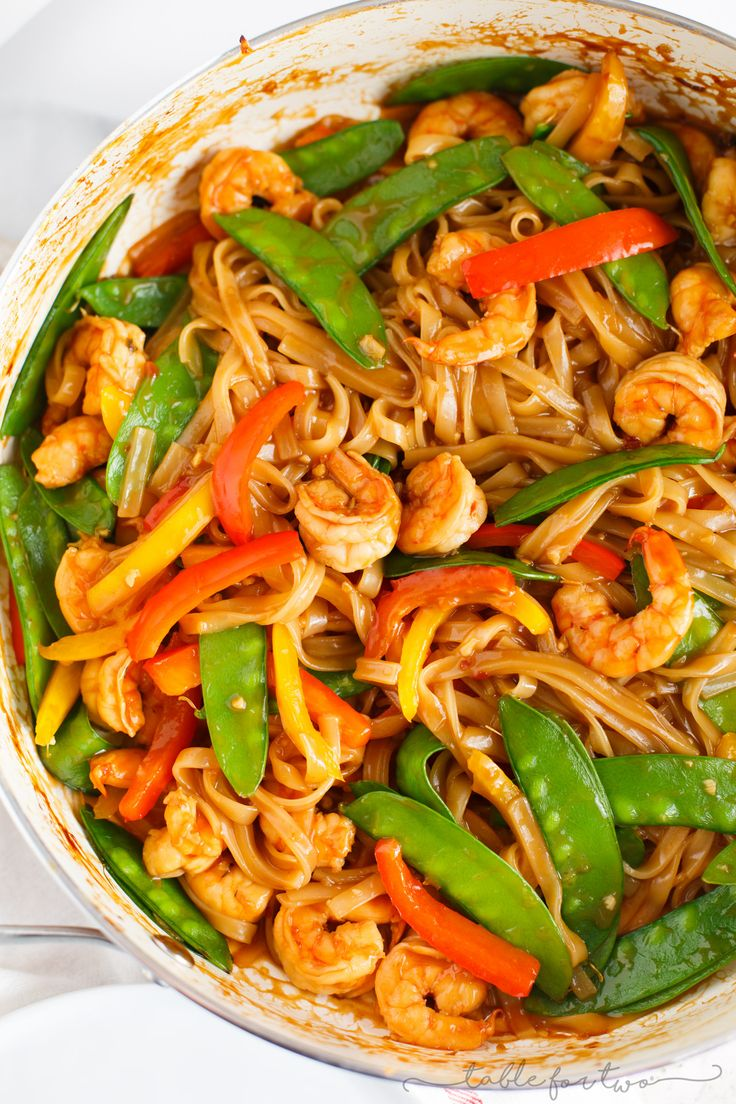 An easy and flavorful weeknight dish to satisfy a stir fry craving! Ginger garlic shrimp noodle stir fry is packed with everything your tastebuds will love!