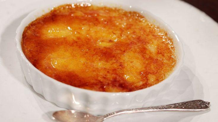 Enkel dessert på grädde, ägg, mjölk, vanilj och karamelliserat socker på toppen.