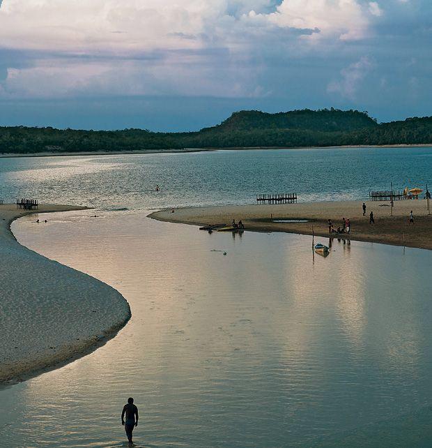 Alter do chão | Não é à toa que essa praia localizada às margens do tio Tapajós, no oeste do Pará, é conhecida como o 'Caribe Amazônico'. Formada por areias brancas, águas cristalinas e cercada pela floresta, ela aparece no verão amazônico, de julho a janeiro, quando chove menos na região.