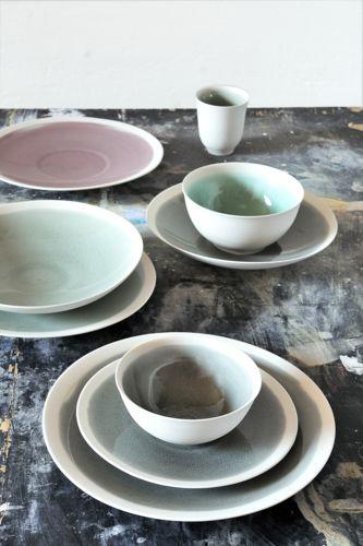 Mit Epure in der Farbe Cachemire von Jars lässt es sich so richtig in den Tag starten und exquisit den Abend beenden . In jade, cendre oder bleu schwingt die Farbe sich über die Cremefarbene Keramik der Dessertteller, Tassen und Müslischalen und macht Lust darauf, mit den anderen Farben zu kombinieren.