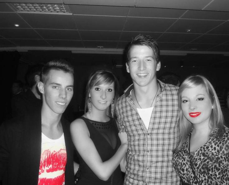 Ik hou ervan om met vrienden af te spreken en uit te gaan bijvoorbeeld. Dit is een foto van Nicky, Evelyn, Sander en ik in Carré Willebroek, de club waar wij meestal uitgaan.