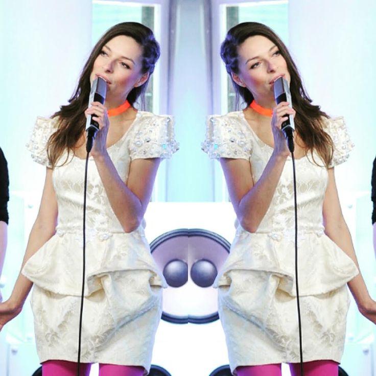 W Dzień Dobry TVN swój występ miała piosenkarka Octavia na tę okazje ubrała sukienkę od Gabrieli Hezner źródło http://dziendobry.tvn.pl/octavia,55570/octavia,3,g.html