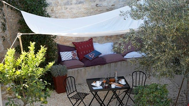 Toile tendue sur la terrasse // http://www.deco.fr/diaporama/photo-levons-le-voile-sur-le-jardin-59810/toile-tendue-terrasse-842456/