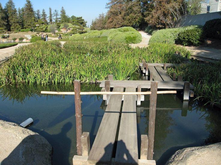 Японский  сад. Водный элемент в японском саду представляется ручьем, фонтаном или небольшим прудом, в зависимости от предпочтений хозяина. Главное правило: наличие движущейся воды на участке, не создающей большого количества шума, дабы не нарушить общей гармонии.  Мостик  олицетворяет  жизненный  путь.