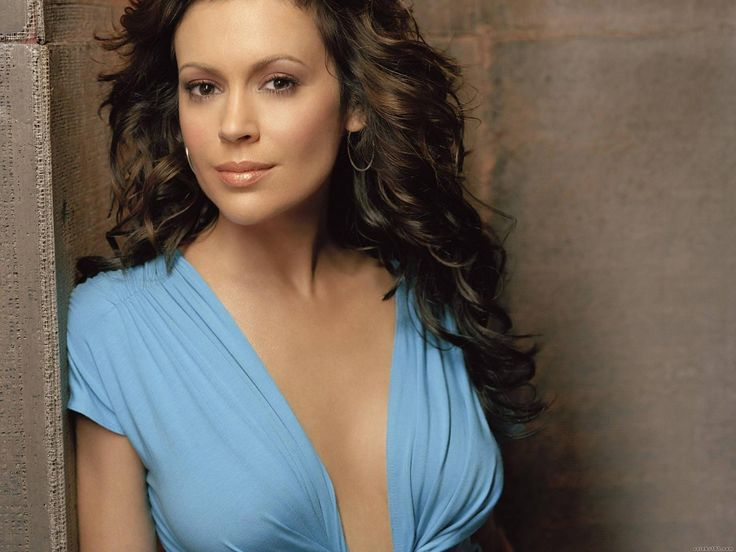 Alyssa Milano,   mythical figure of our adolescence in the Lady series is served, is no longer a little girl but she is not a mother row. Yes, at age 40, Alyssa Milano is a sex symbol of the small screen.