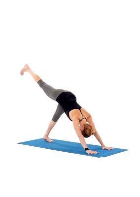 down dog split pose  step 2  yoga übungen für anfänger
