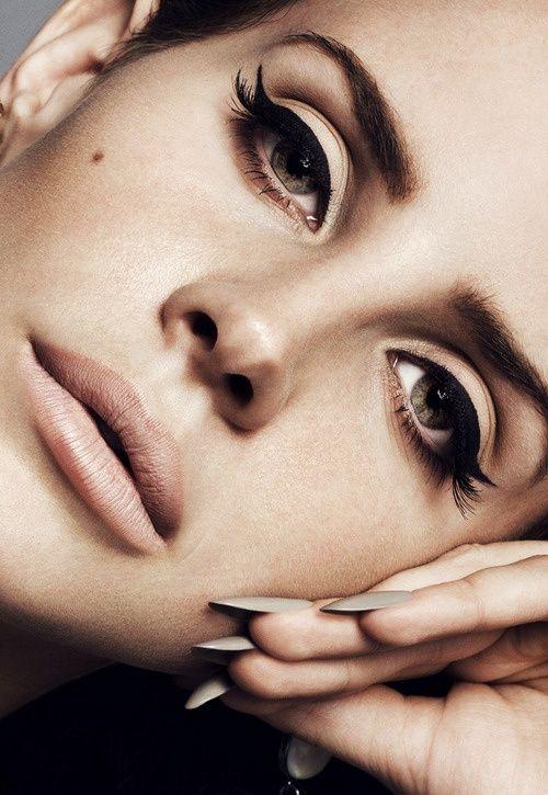 Lana del Rey patří společn s Adele k propagátorkám klasických černých linek. Chtěly byste taky patřit do tohoto klubu, ale máte pocit, že se vám moc třesou ruce? Objednejte si kurz líčení a naučte se, jak na to! Více na www.vizazprotvar.cz
