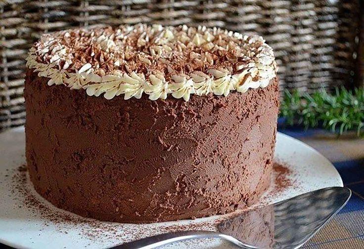 """Tortul """"Tiramisu"""" este un desert cu gust deosebit și textură fină, destinat tuturor care doresc un deliciu remarcabil în momentele festive. Tortul este foarte aspectuos, cu pandișpan pufos, cu aromă de cafea și cremă delicată de frișcă și mascarpone. Deasupra este decorat cu cremă de unt, iar părțile laterale cu cremă ganache de ciocolată, o …"""