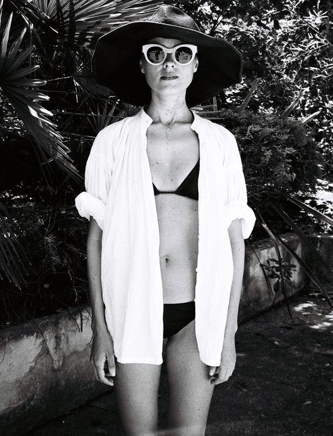 La chemise blanche, la sortie de bain par excellence ! (photo Jeanne Damas)