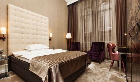 Hva med vegg-gulv gardiner? Mest mulig ro, seng, nattbord, ikke mer