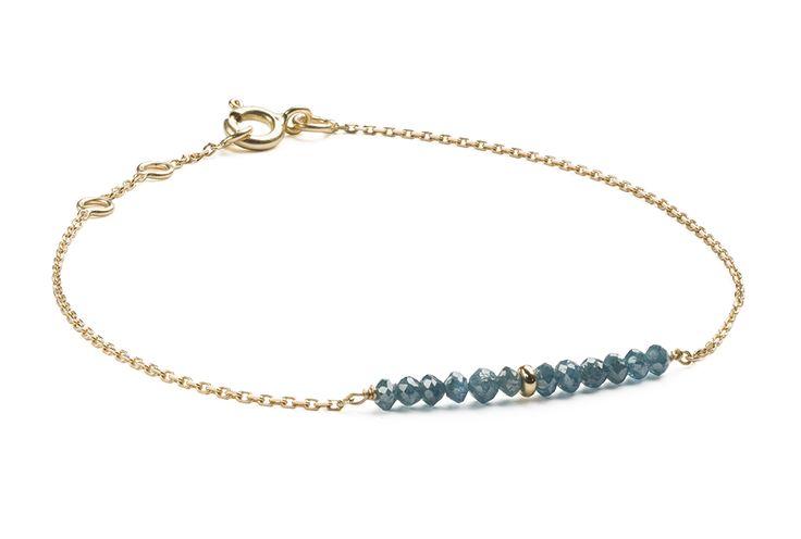 Bracelet or 750/000 et beads diamants bleus.