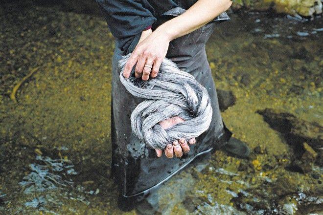 Artesãos japoneses usam lama rica em ferro para tingir de marrom seda utilizada na produção de quimonos de Amami Oshima | Kentaro Takahashi/The New York Times
