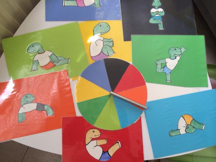 Yoga oefeningen adhv een draaibord met kleuren