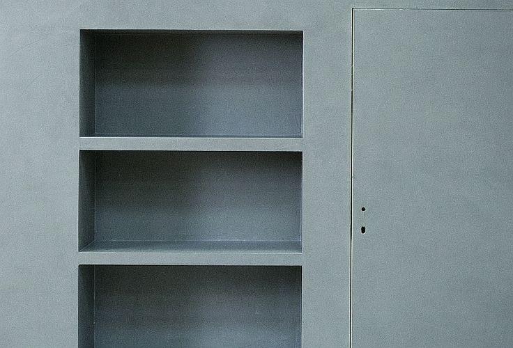 <p>Aby osiągnąć efekt betonowych akcentów we wnętrzu nie musisz wcale go używać. Jest wiele sposobów na stworzenie imitacji betonu przy pomocy tynków dekoracyjnych i specjalnych mas. Beton to prawdziwy hit aranżacji wnętrz w ostatnich latach. Też chcesz go mieć