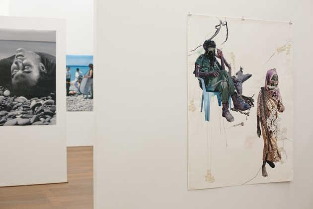 Christiaan Bastiaans, Seeping from bone to soil (2005) en Barbara Visser, Le monde appartient à ceux qui ce lèvent tôt (2002-2006). © Jordi Huisman, Museum De Paviljoens