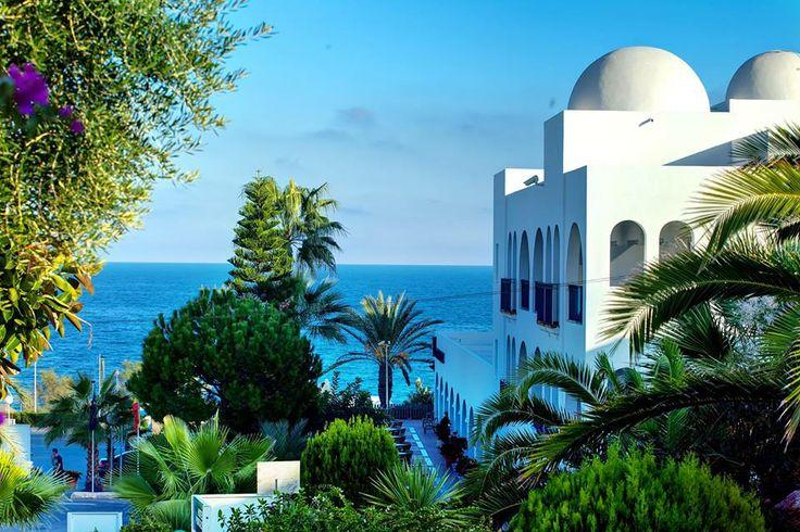Fascinante embrujo dede Pueblo Indalo, al fondo el Mar Mediterráneo. No te lo puedes perder: travelingcheap.es