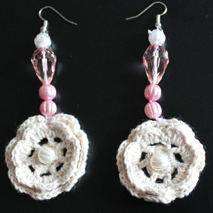 Orecchini all'uncinetto bianchi con perle rosa e bianche