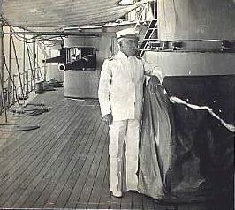 El General George Dewey abordo el U.S.S. Olympia. El era el líder de la flota estadounidense en la Batalla de Bahía de Manila donde tropas estadounidenses y Filipinas capturaron la ciudad de España.