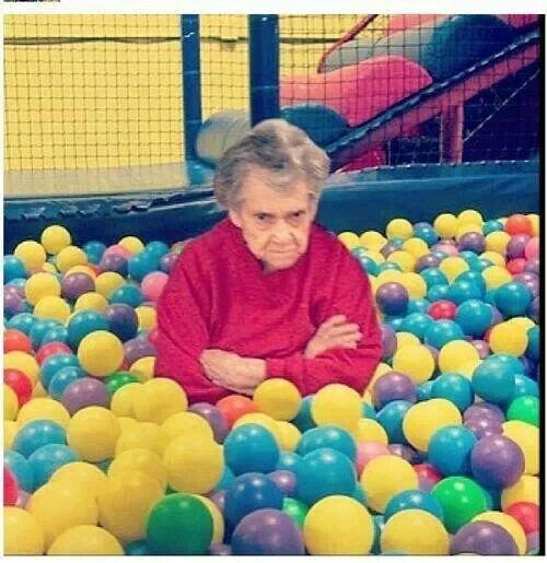 Deze oma is in de ballenbak beland. Beschrijf hoe dit is gekomen en waarom ze nu zo boos kijkt...