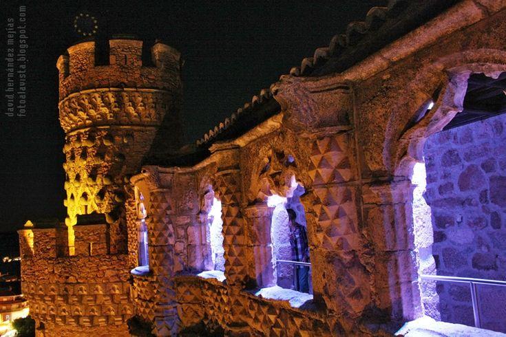 CASTILLO DE FANTASMAS Y ESTRELLAS. El castillo de Manzanares el Real, en Madrid, se alza iluminado durante la noche por luces y estrellas. Si estás interesad@ en adquirir esta fotografía, pide presupuesto en fotoalavista@alavistacreatividad.com. Te la imprimimos para decorar tu casa o lugar de trabajo, en el tamaño y material que prefieras (papel fotográfico, vinilo adhesivo,  lienzo, lona, etc.)  También impresión de tus propias fotografías. Venta de imágenes para publicidad.