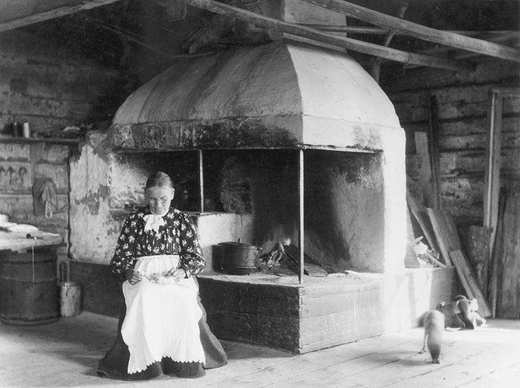 I bryggstugan hos fru Lindahl. Vid spisen sitter (Stor-Stina).