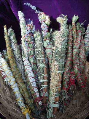 Un bâton de purification est un faisceau de séchées herbes , généralement liés avec de la ficelle dans un petit paquet et secs. Les herbes sont ensuite brûlées dans le cadre d'un rituel ou une cérémonie. Les plantes qui sont souvent utilisés comprennent sauge et de cèdre . efface énergies toxiques hors de votre champ d'énergie et espace de vie. Utilisez régulièrement, surtout si vous faites n'importe quel type de travail de guérison, y compris sur vous-même