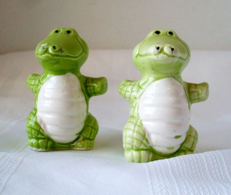This is a cute set of alligator salt and pepper shakers. One shaker is darker green than the other and has 2 pour holes at the top of the head. The lighter green shaker has 1 pour hole. Bothe have the