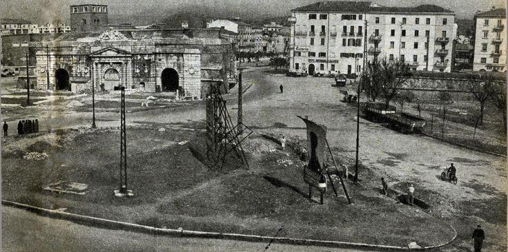 Sistemazione del piazzale esterno di Porta Nuova - anni '50 http://www.veronavintage.it/verona-antica/immagini-storiche-verona/sistemazione-piazzale-esterno-porta-nuova-anni-50